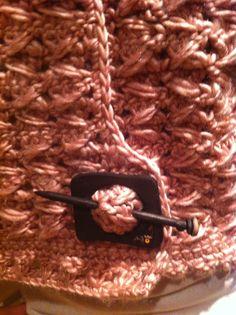 Detalhe botão artesanal - Casaqueto Rosa. Tamanho M.