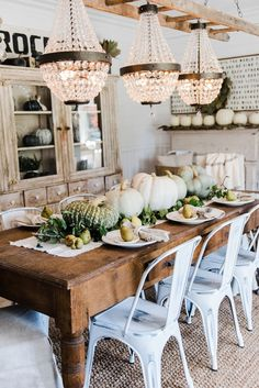35 Of the most amazing cheap fall decor DIY ideas for your home! Get your home looking amazing this fall with these genius fall decor ideas! Farmhouse Table Decor, Dining Room Table Centerpieces, Decoration Table, Farmhouse Bench, French Farmhouse, Dining Tables, Farm Decorations, French Country Dining Room, Kitchen Country