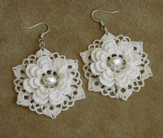 Irish lace earrings - so very pretty. Crochet Jewelry Patterns, Crochet Earrings Pattern, Crochet Bracelet, Crochet Accessories, Crochet Motif, Crochet Flowers, Crochet Lace, Crochet Style, Crochet Edgings