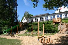 Der Spielplatz am Hang ist perfekt für größere Kinder die gerne herumtollen. Alle Infos zum Familotel Borchard's Rookhus gibt es hier: http://kinderhotel.info/kinderhotel/familotel-borchard-s-rookhus