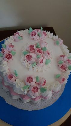 Torta decorata con fiori in buttercream meringata.....