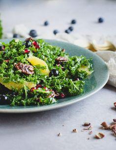 Grønkålssalat med appelsin, blåbær og granatæble Seaweed Salad, Vinaigrette, Ethnic Recipes, Vinaigrette Dressing
