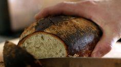 Hyvä leipä parantaa arkea, eikä sen tekeminen tule kalliiksi. Leivän arvokkain ainesosa on aika. Hyvää ei synny hosumalla.      Kolmeen leipään tarvitset:    600g puolikarkeita vehnäjauhoja  1 pussi kuivahiivaa  2tl suolaa,   4-5 dl kylmää vettä    Tuoretta tinjamia ja rosmariinia    Sekoita jauhot, suola ja kuivahiiva. Nypi sekaan yrtit.  Sekoita vesi jauhoseokseen ja vaivaa taikinaan käsin hyvä sitko.  Vaivaaminen kestää vaivaajasta riippuen 10-18 minuuttia.  Valmis taikina palautuu…
