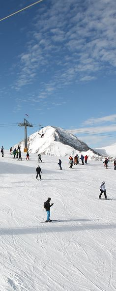 The three peaks of steep Alpine territory and powdered snow with a ski altitude of more than 2600m, will attract adrenaline lovers and keep your energy pumping all the way back down.