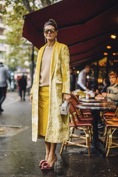 Street Style París con looks a todo color giobanna battaglia all yellow what a shoe!!! Fall 2017
