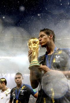 Varane kisses the 2018 FIFA World Cup trophy. Football Images, Football Love, Football Is Life, Messi World Cup, Fifa World Cup, Messi Vs Ronaldo, Lionel Messi, France National Team, Barcelona Vs Real Madrid