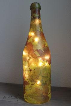Spontane Idee gehabt, gleich umgesetzt und in Bildern festgehalten:   Eine stimmungsvolle Herbst-Lampe aus einer Glasflaschemit Serviettent...