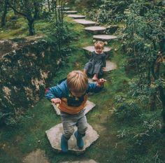 Idee/Inspiration für das Portrait von einem Kind: Hüpfspiel. Fotoshooting - Kinderfotos - Kinderfotoshooting - Shooting - Familienfotos - Familienfotografie - Kinder - natürlich - authentisch - draußen - outdoor - springen - Spiel - Spaß - Bewegung vanessasblickwinkel.de