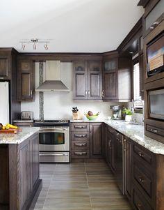 Armoires de cuisine classiques en merisier | Québec Simard cuisine et salle de bains Kitchen Colors, Kitchen Design, Kitchen Decor, Kitchen Ideas, Oak Cabinets, Kitchen Cabinets, Dream Home Design, House Design, Kitchen 2016