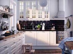 petite cuisine ikea - Recherche Google Le muret noir, les tablettes blanches et le comptoir fonçé.