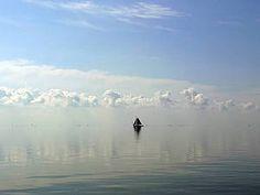 Zeilboot op een spiegelgladde Waddenzee  Photo: Marina Ilchenko
