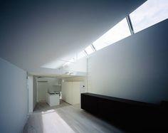 #取光影佈局簡約宅 - 「鰻の寝床」 建築師 黒崎敏 的作品「ARROW」,位於東京都品川區的這個建築,是一名攝影工作者的工作室兼住家,這個從屋主父母主屋增建出的空間,考量和母屋間的距離,在基地的使用上受到些許限制,整個建築的外型變成箭頭的意象。一階是工作室,二階則是住家,光影讓住家分分刻刻有了不同表情,成為屋主的最愛。 via 株式会社APOLLO一級建築士事務所