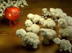 Veggie Art > Tomato Teacher with her/his class of Cauliflower Sheep(kids) L'art Du Fruit, Fruit Art, Fruit Cakes, Fresh Fruit, Food Design, Cute Food, Good Food, Funny Vegetables, Veggies