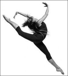 Saut en ouvrant les jambes tendues et pointées jusqu'à la pointe des pieds.