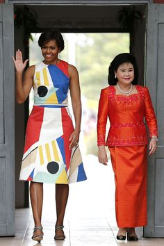 The Best Looks from Michelle Obama& Tour of Japan and Cambodia As the First Lady travels to Japan and Cambodia to advocate for young women's education, we're chronicling her best style moments along the way. Michelle Obama Flotus, Barrack And Michelle, Michelle Obama Fashion, Alice Olivia, Barack Obama Family, American First Ladies, First Black President, African Dress, Lady