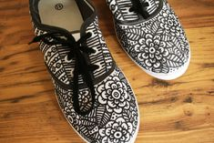DIY - Sharpie Shoes pair of white canvas shoes at walmart and some sharpies and this would look awesome! High Shoes, Black Shoes, Your Shoes, New Shoes, Doodle Shoes, Sharpie Shoes, Posca Art, Painted Shoes, Summer Shoes