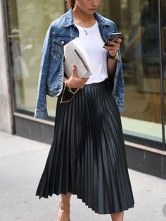 Pleated skirts and denim jackets – Nadja Von Groll – GutPin Mode Winter (Mädchen) 2019 Pleated skirts and denim jackets – Nadja Von Groll Hello everyone, Today we will take a look at street. Cropped Denim Jacket, Denim Overalls, Ripped Denim, Denim Jackets, Leather Jackets, Denim Outfit, Denim Pants, Skirt Outfits, Chic Outfits