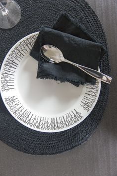 Designer Minna Niskakangas wanted to bring the beauty of forests into our urban everyday life. Traditional Finnish forest lives in modern Metsikkö (Grove) tableware series. The body has been designed by Lasse Kovanen. This soup plate belongs to Metsikkö