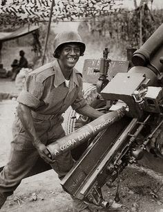 """Brazilian soldier in WWII. Artillery shell says """"the snake is smoking"""" in reference to public public opinion saying the equivalent of BR will only join the war when pigs fly. Military History, Ww2 History, Italian Campaign, Big Guns, History Photos, Historical Pictures, Ww2 Pictures, Vietnam War, World War Two"""