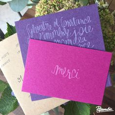 Le premier faire-part éco-friendly de Papierchic ! Imprimé de l'encre écologique sur un beau papier recyclé, violet pour le faire-part et fushia pour la carte de remerciement. Le papier existe en 10 couleurs, assemblez ceux que vous voulez