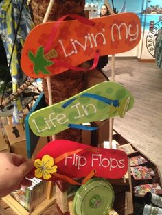 Flip flop sign- Have a dear friend at school who will wear flip flops with snow on ground. She cracks me up. - Flip flop sign- Have a dear friend at school who will wear flip flops with snow on ground. She cracks me up. Beach Crafts, Summer Crafts, Diy Crafts, Wood Crafts, Flip Flop Art, Flip Flop Quotes, Easy Craft Projects, Projects To Try, Snow Decorations