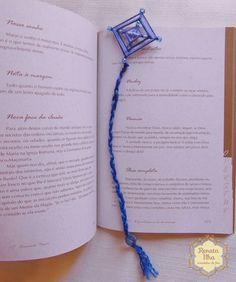 Mini-mandalas marcadores de livro: mandalas de 4 pontas, 5x32cm, com fitas e miçangas para serem usadas como marcadores de livros. As mandalas de 4 pontas simbolizam nosso eixo de orientação. Como se sinalizassem os 4 pontos cardeais, este pequeno amuleto pode ser utilizado para estimular o equilíbrio e a serenidade. Cada cor também inspira outros aspectos emocionais. Podem ser utilizadas como enfeites decorativos para bolsas, mochilas e pastas estudantis.