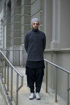 Jona InAisce Designer An Unknown Quantity New York Fashion Street Style Dark Fashion, Urban Fashion, Mens Fashion, Fashion Outfits, New York Street Style, Street Style Blog, Men Street, Street Wear, Muslim Men
