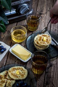 Des crêpes ultra moelleuses et sans lait. Recette au blender ! Blender Recipes, Baking Recipes, Crumpets, Beignets, Cinnamon Rolls, Scones, Slow Cooker, Pancakes, Breakfast Recipes