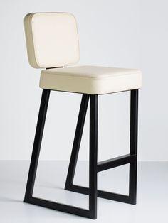 Барный стул с металлическим основанием
