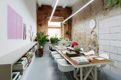 Contrastes très apparents pour cet intérieur de bureau imaginé par les studios Crosby, agence moscovite d'architecture design. L'espace de travail, très fonctionnel et moderne, avec un mobilier constitué notamment de chaises Eames DAW aussi pratiques que confortables, tranche par rapport a