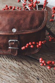 """Nichts kann mehr schiefgehen, wenn """" Mary XXS """" mit von der Partie ist. Die kleine Handtasche aus Ziegenleder kann im angesagten Vintage-Style vollkommen überzeugen. Doch nicht nur die Optik begeistert, sondern auch die innere Ausstattung des hübschen Täschchen. Im Inneren findet sich genügend Platz für das Portemonnaie und andere Kleinigkeiten an.  Gusti Leder"""