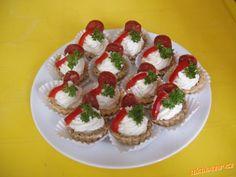 vymyslela jsem další receptík na oslavu,všem moc chutnalo tak vyzkoušejte také :vypracujem těsto vše... Caprese Salad, Bruschetta, Sushi, Buffet, Flora, Food And Drink, Bread, Ethnic Recipes, Wedding