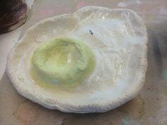 Spiegeleieierbecher, ein Werk aus dem Keramikworkshop. Die Kinder sind zwischen 5 und 11 Jahre