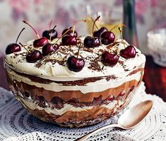forest trifle Trifle plus a Black Forest Gateau equals this fabulous retro showstopper of a dessert - The Black Forest Trifle.Trifle plus a Black Forest Gateau equals this fabulous retro showstopper of a dessert - The Black Forest Trifle. Christmas Trifle, Christmas Desserts, Christmas Baking, Thanksgiving Desserts, Desserts To Make, Food To Make, Individual Desserts, Black Forest Trifle Recipe, Black Forrest Trifle