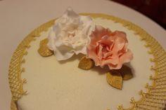 Narodeniny v zlatom Brooch, Cakes, Jewelry, Brooch Pin, Jewlery, Jewels, Jewerly, Pastries, Jewelery