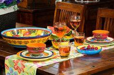 Mesa decorada com jogos americanos e acessórios coloridos. Mesa tropical e descontraída. Ideias para decorar a mesa em eventos informais. Receba os amigos em casa.