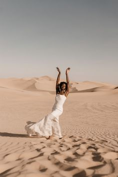 Desert Sand Dune Wedding Inspiration with Natural Hair Ideas for Black Brides – Tor Hawley – The LAW Bridal 18 Go natural on your wedding day! Here's the inspiration you need! #bridalmusings #bmloves #wedding #weddinginspo #weddinginpiration #naturalhair #natural #curls #curly #naturalcurls #weddingdress #bridalgown #inspiration