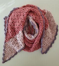 Crochet Humor, Crochet Food, Diy Crochet, Hand Crochet, Beginner Knitting Patterns, Crochet Patterns, Doll Amigurumi Free Pattern, Crochet Cape, Crochet Triangle