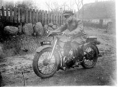 Określenie ,, dwudziestolecie międzywojenne '' nawiązuje do dwóch najważniejszych wydarzeń historycznych XX w.- I i II wojny światowej. Wyznaczyły one początek i koniec epoki w dziejach literatury. Inna nazwa tego okresu to międzywojnie. Motorcycle, Vehicles, Albums, Literatura, Picasa, Motorcycles, Car, Motorbikes, Choppers