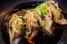 Une merveilleuse recette de gyozas ultra simple à faire chez soi Japanese Gyoza, Japanese Dishes, World Vegetarian Day, Vegetarian Recipes, Empanadas Recipe, Asian Recipes, Ethnic Recipes, Exotic Food, Relleno