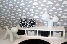 Hieno tapettiseinä ja säilytysrasiat, designia lasten huoneessa