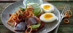 Marinerede sild med friterede løg - Opskrifter - Arla Buffet, Eggs, Breakfast, Ethnic Recipes, Easter, Omelet, Menu, Christmas, Inspiration