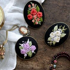 Wonderful Ribbon Embroidery Flowers by Hand Ideas. Enchanting Ribbon Embroidery Flowers by Hand Ideas. Brazilian Embroidery Stitches, Types Of Embroidery, Rose Embroidery, Learn Embroidery, Silk Ribbon Embroidery, Embroidery Jewelry, Hand Embroidery Patterns, Embroidery Designs, Embroidery Needles