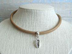 Collar gargantilla boho chic surfera cordón cuero marrón colgante concha cowrie