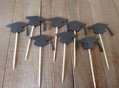 12 Toppers de graduación Tamaño de sombrero de graduación: 1,75 pulgadas x.75 Toppers de cupcake son doble cara. Se unen a un palillo de dientes ¿Buscas un color diferente que no sea negro? visite el enlace a continuación para otras opciones de color