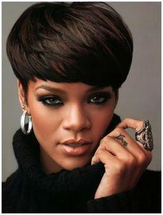 coiffures courtes couleur cappuccino, coiffure courte des stars comme Rihanna