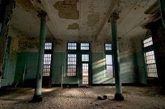 Columns - Gravesend Asylum © opacity.us
