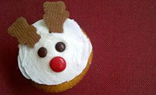 Want a Christmas cupcake recipe that'll please the kids? This cute reindeer cupcake idea is a great one for Christmas cake stalls and perfect for parties!