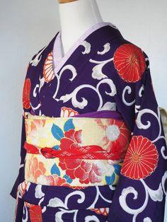 昭和レトロ 丸菊紋と唐草 レトロ袷着物 商品説明 紫の地に大きな丸菊と唐草が大胆にデザインされたレトロで可愛い袷着物です。横ストライプに地紋が入っていて古典な模様ですがモダンな雰囲気もあります。使用感、古さあります。白い模様部分所々薄く小さなシミあります。胴裏白の絹生地が付いていますが弱くなっています。八掛は良い状態です。その他目立ったシミ汚れ破れ等見当たりません。古い物には珍しく良い状態だと思います。古い物ですのでご理解ご納得の上ご入札お願い致します。サイズ 身丈146cm 裄61.5cm 前幅22.5