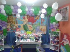 Festa Ariel com decoração temática. Trios de balões amarrados em linhas, colados no teto, completou o efeito fundo do mar.